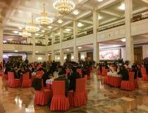 Folk som sitter på lobbyen av den stora Hallen av folk i Peking Royaltyfri Foto