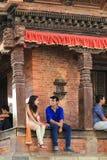 Folk som sitter på momentet i Katmandu den durbar fyrkanten i Nepal Fotografering för Bildbyråer