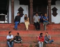 Folk som sitter på momentet i Katmandu den durbar fyrkanten i Nepal Royaltyfria Bilder