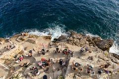 Folk som sitter på den Buza stången i Dubrovnik Royaltyfri Foto