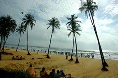 Folk som sitts på den Goa stranden royaltyfri bild