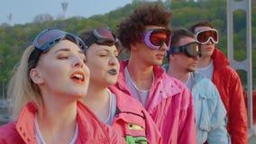 Folk som sjunger i skyddsglasögon för att skida stock video
