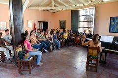 Folk som sjunger på ett kor- på Santiago de Cuba Royaltyfri Foto