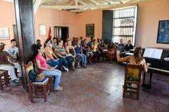 Folk som sjunger på ett kor- på Santiago de Cuba Royaltyfria Bilder
