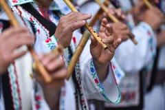 Folk som sjunger på traditionella träflöjter Arkivfoto