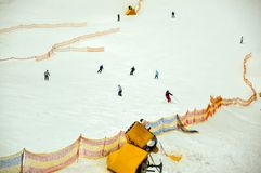 Folk som skidar ner ett brett spår för nybörjare i Bukovel, Ukraina Royaltyfri Fotografi