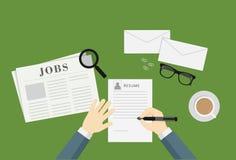 Folk som skriver en meritförteckning för att applicera Job Vacancy Royaltyfri Bild
