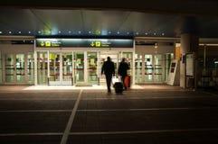 Folk som skriver in i en internationell flygplats Royaltyfria Bilder