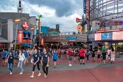 Folk som skriver in och lämnar citywalk på Universal Studios område arkivfoto