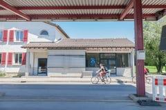 Folk som skriver in Schweiz från Frankrike i måndag Idee, en övergiven gränsövergång från de schweiziska egenarna Arkivfoto