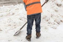 Folk som skyfflar snö Snörensning efter ett tungt snöfall arkivfoton