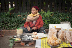 Folk som säljer mat på den traditionella asiatiska marknadsplatsen laos Royaltyfri Bild