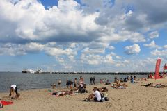 Folk som solbadar på stranden av Sopot, Polen royaltyfria bilder