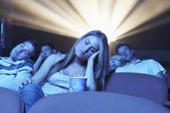 Folk som sover i filmteatern Arkivbilder