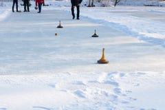Folk som spelar att krulla på en djupfryst sjö, Österrike, Europa royaltyfri bild