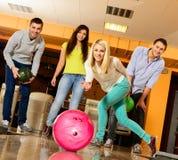 Folk som spelar bowling Arkivbilder