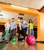Folk som spelar bowling Royaltyfria Bilder