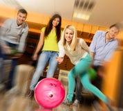Folk som spelar bowling Arkivfoto
