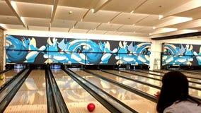 Folk som spelar bowlingleken på den lokala bowlingunderhållningklubban lager videofilmer
