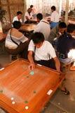 Folk som spelar carromleken på Mandaley Royaltyfri Foto
