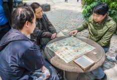 Folk som spelar det kinesiska schackshanghai porslinet fotografering för bildbyråer