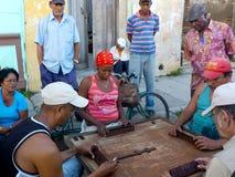 Folk som spelar domino i gatan Arkivfoton