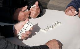 Folk som spelar dominobrickaleken för fritid Fotografering för Bildbyråer