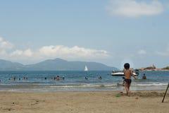Folk som spelar i stranden royaltyfria foton