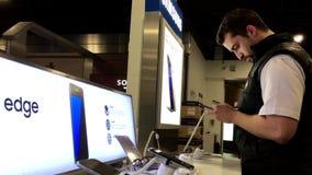 Folk som spelar mobiltelefonen för Samsung galaxanmärkning 7