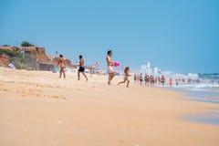 Folk som spelar på stranden Royaltyfri Bild