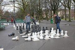 Folk som spelar schack i Parc des-bastioner, Genève fotografering för bildbyråer