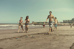 Folk som spelar tejos i stranden Arkivbilder