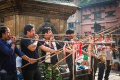 Folk som spelar traditionella musikaliska Insturments i Bhag Bhairabh arkivfoton