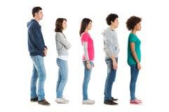 Folk som står i en ro Arkivfoto