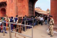 Folk som står i linje för att få det inre Taj Mahal komplexet i Agra, Royaltyfria Foton