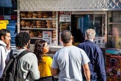 Folk som står i linje på matvagnen i New York Arkivbilder