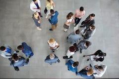 Folk som står och talar på affärsmöte arkivbild
