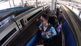 Folk som står på den rörande övre rulltrappan i den Madrid Atocha järnvägsstationen arkivfilmer