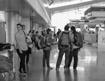 Folk som står på den Tan Son Nhat flygplatsen i Saigon, Vietnam Arkivfoto