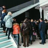 Folk som står på trappa Arkivbild