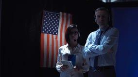Folk som står på USA flaggan Royaltyfria Foton