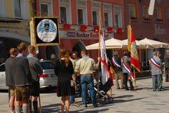 Folk som står under corpuset Christi Procession i Neuötting, Tyskland Royaltyfria Bilder