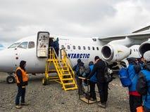 Folk som stiger ombord ett antarktiskt flygbolagflyg på konungen George Island, Antarktis royaltyfri foto