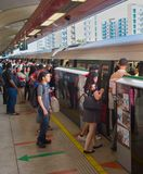 Folk som stiger ombord gångtunneldrevet Singapore Arkivfoton