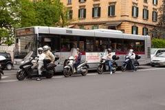 Folk som stoppas i trafik på sparkcyklar royaltyfria foton