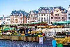 Folk, som strövar omkring den typiska marknaden i den gamla staden av Mainz, Tyskland Arkivbild