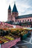 Folk, som strövar omkring den typiska marknaden i den gamla staden av Mainz, Tyskland Fotografering för Bildbyråer