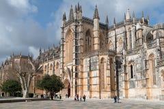 Folk som stralling på den Batalha kloster royaltyfri foto