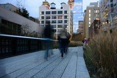 Folk som strosar på Highlinen på skymning Arkivbild