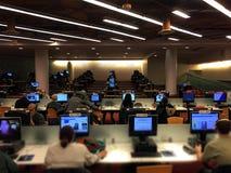 Folk som studerar den inre labbet för dator för Toronto referensoffentligt bibliotek Arkivfoton
